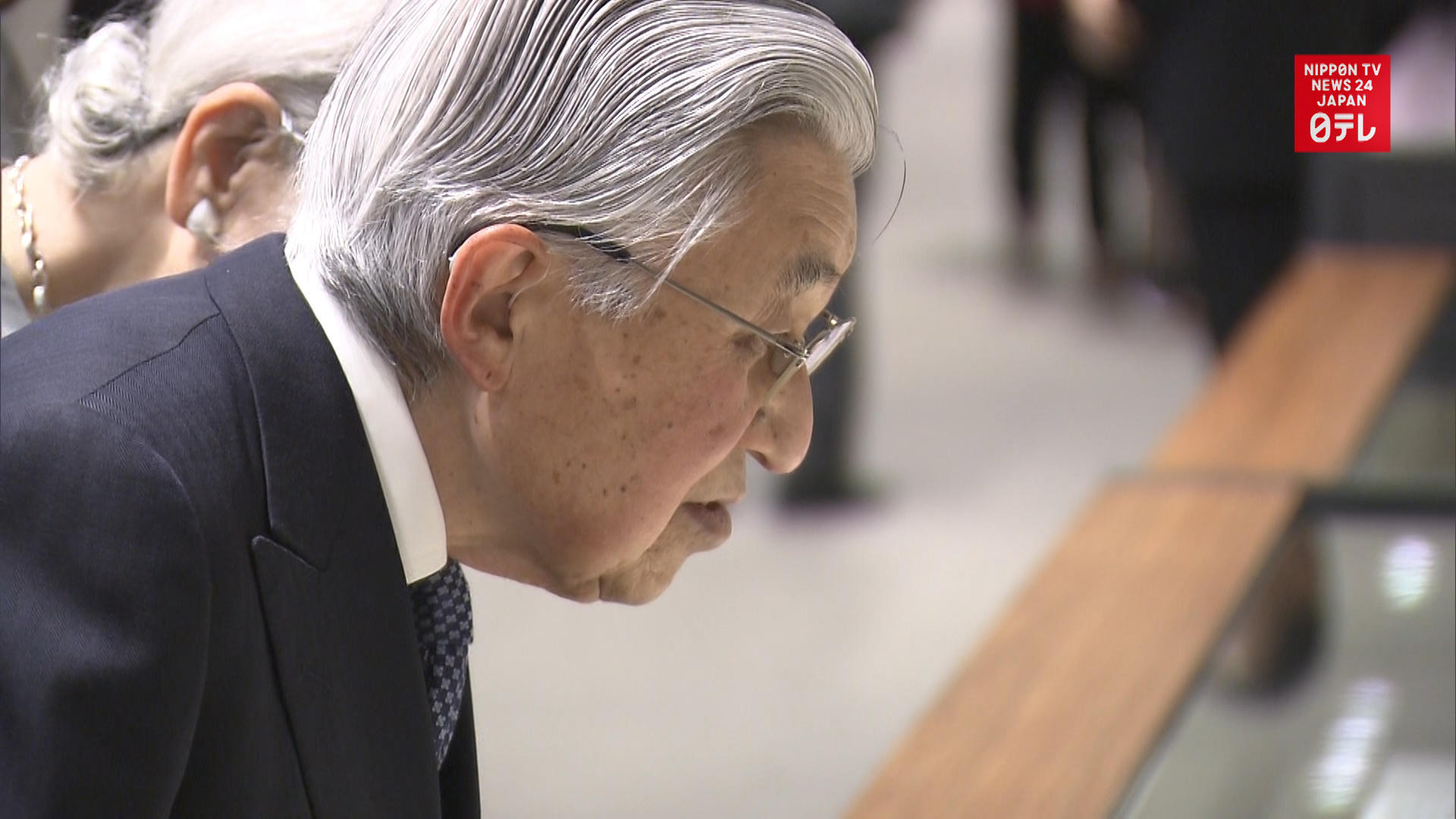 Emperor emeritus visits National Archives
