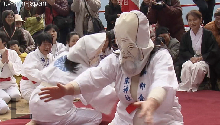 Women sumo wrestlers compete—blindfolded